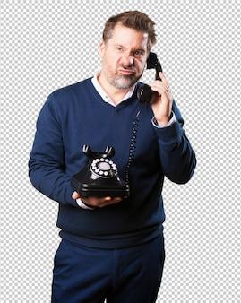 Dojrzały człowiek zły rozmawia przez telefon