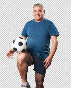 Dojrzały mężczyzna bawić się z piłki nożnej piłką