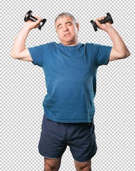 Dojrzały mężczyzna robi ćwiczeniu z dumbbell
