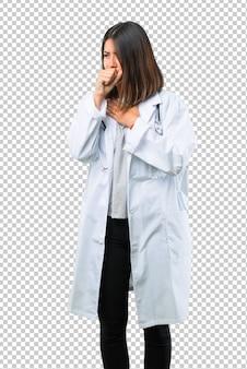 Doktorska kobieta z stetoskopem cierpi z kaszlem i uczuciem złym