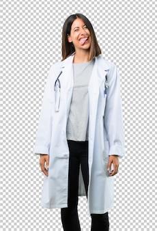 Doktorska kobieta z stetoskopem pokazuje jęzor przy kamerą ma śmiesznego spojrzenie