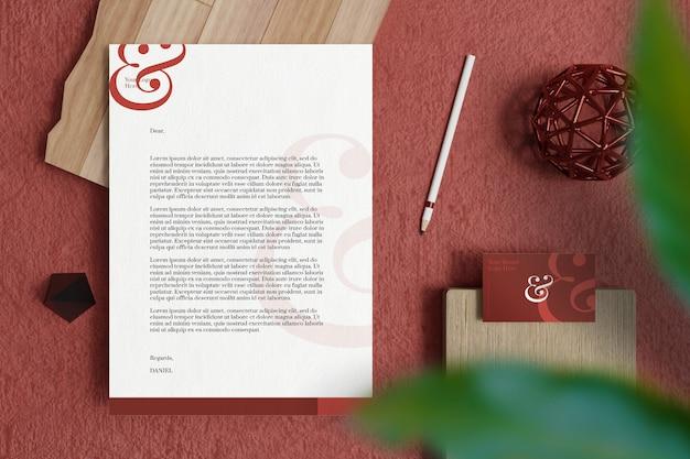 Dokument firmowy a4 z wizytówką i makietą materiałów biurowych