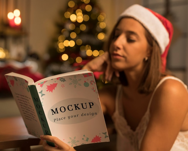 Dorosła Kobieta Czyta Książkę Boże Narodzenie Z Makiety Darmowe Psd