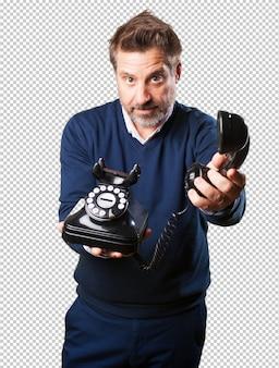 Dorośleć mężczyzna oferuje telefon