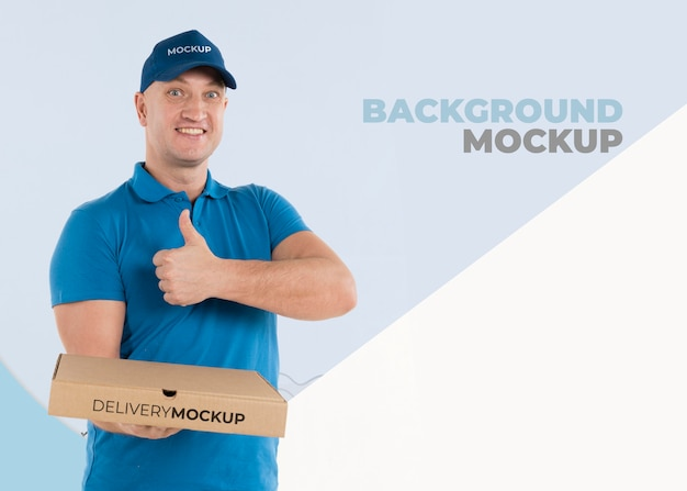 Dostawa mężczyzna trzyma pudełko z pizzą