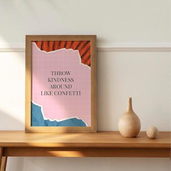 Drewniana ramka na zdjęcia makieta psd z motywacyjnym cytatem na zgranym tle kolażu papieru