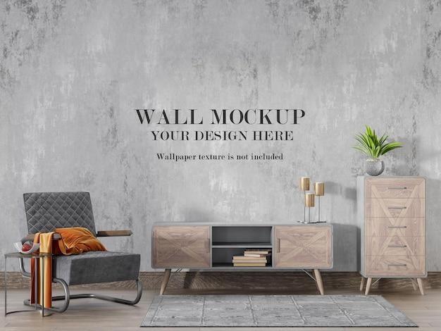 Drewniane meble przed ścianą makiety