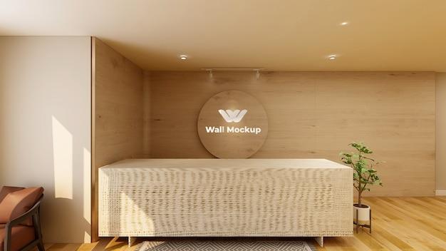 Drewniany znak makiety z logo w pokoju biurowym recepcji hotelu