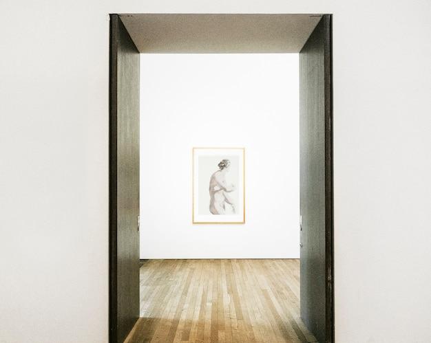 Drzwi do przedpokoju otwierające się na oprawioną grafikę na ścianie