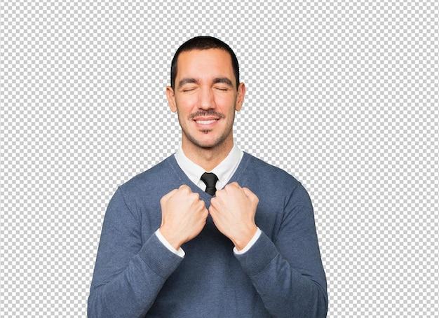 Dumny młody człowiek robi gest siły ramieniem