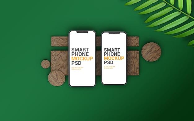 Duży i zwykły smartfon na drewnianej makiecie