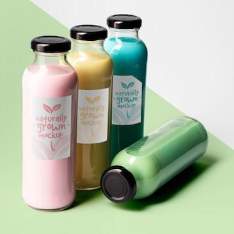 Duży kąt wyboru przezroczystych butelek na sok z nakrętkami