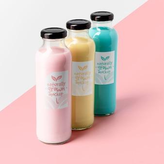Duży kąt wyboru przezroczystych butelek na sok