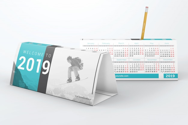 Dwa kalendarze na biurko z makietą na długopis