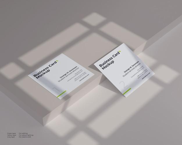 Dwa kwadratowe makieta wizytówki w cieniu