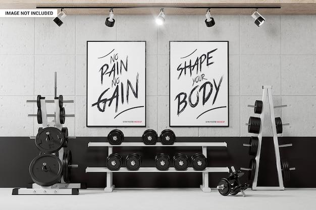 Dwa plakaty na ścianie w makiecie siłowni