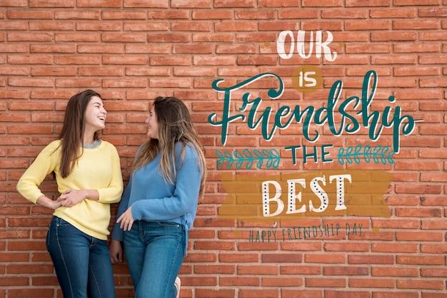 Dwaj przyjaciele bawią się razem