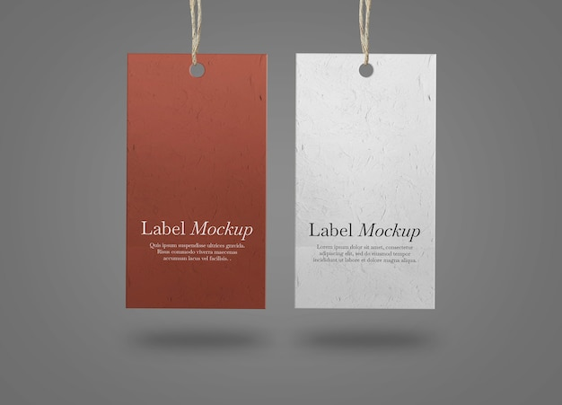 Dwie etykiety papierowe na makiecie szarej powierzchni