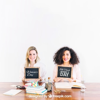 Dwie kobiety pokazujące łupków