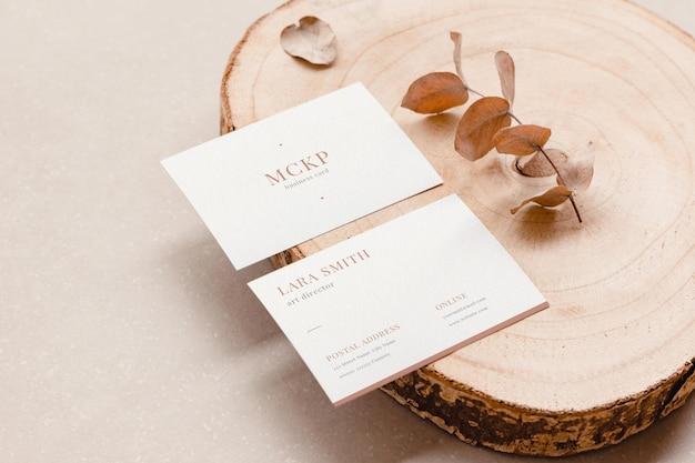 Dwie makiety wizytówek w naturalnych kolorach dla minimalnej koncepcji brandingowej