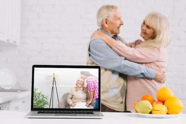 Dziadkowie za makieta laptopa