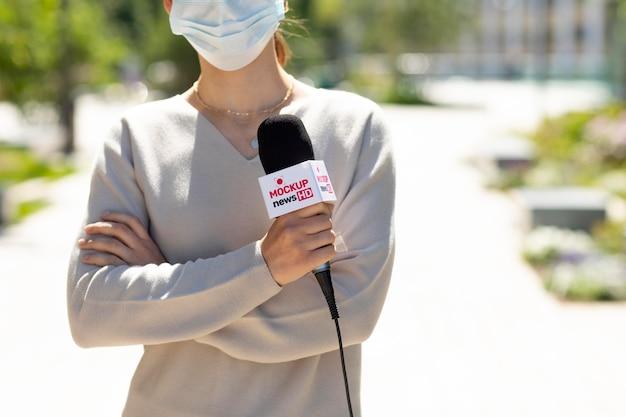 Dziennikarz trzymający makietę mikrofonu
