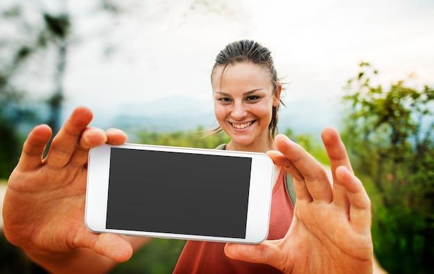 Dziewczyna bierze selfie outdoors pojęcie