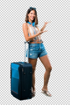 Dziewczyna podróżuje z walizką prezentacji i zaprasza do przyjścia