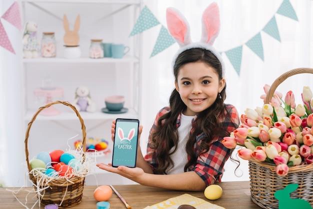 Dziewczyna z smartphone mockup na easter dniu