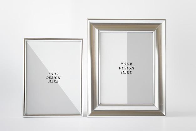 Edytowalna makieta psd z zestawem dwóch srebrnych błyszczących metalowych ramek z pustą przestrzenią
