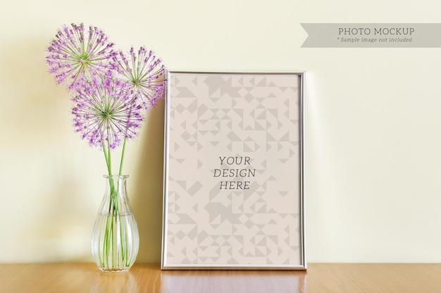 Edytowalny szablon makiety psd ze srebrną ramką a4 i szklanym wazonem z fioletowymi letnimi kwiatami