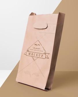 Ekologiczna makieta torby na dwukolorowym tle