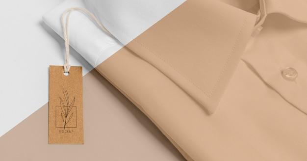 Ekologiczna metka z ceną na formalnej makiecie koszuli