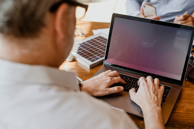 Ekologiczny inżynier korzystający z laptopa