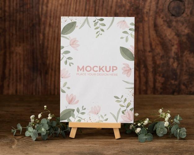 Ekspozytor na stół z makietą kartki w kwiaty