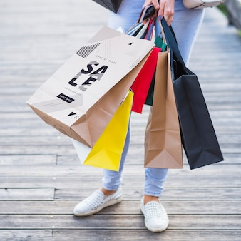 Elegancka kobieta z makietami torby na zakupy