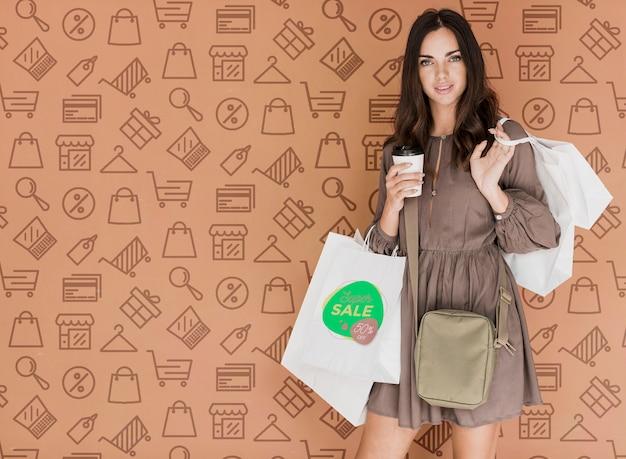 Elegancka kobieta z torby na zakupy