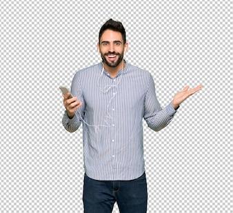 Elegancki mężczyzna z koszuli zaskoczony i wysłanie wiadomości