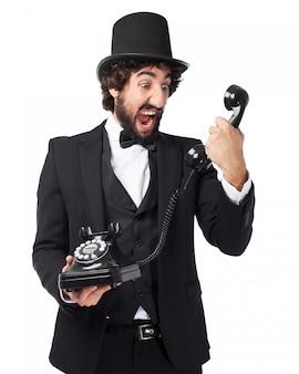 Elegancki mężczyzna krzyczy na starego telefonu