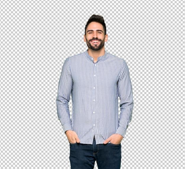 Elegancki mężczyzna z koszem uśmiecha się dużo, kładąc ręce na klatce piersiowej