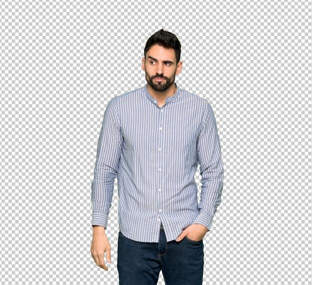 Elegancki mężczyzna z wzburzoną koszulą