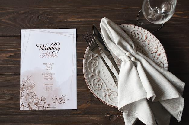 Elegancki świąteczny stół obiadowy z świątecznym nakryciem stołu i makietą karty