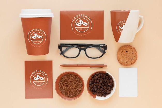 Elementy marki kawy leżą płasko