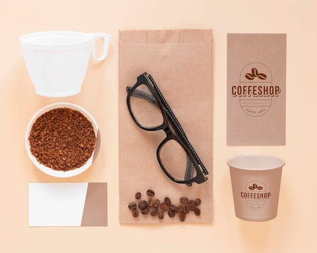 Elementy marki kawy leżały płasko
