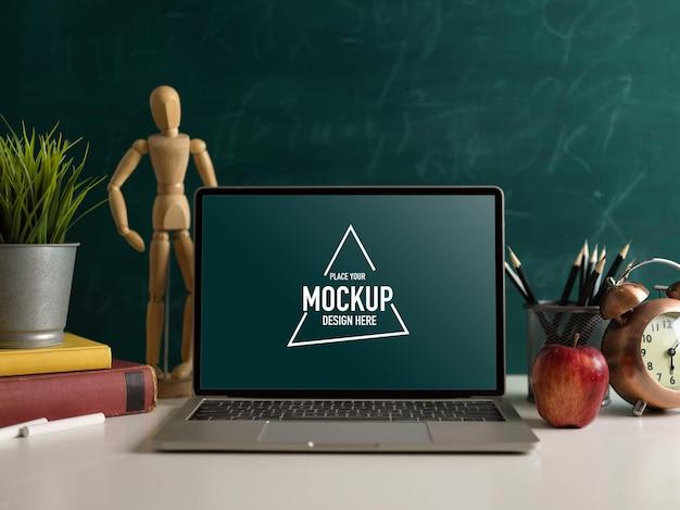 Elementy szkolne, stół do nauki z makietą laptopa