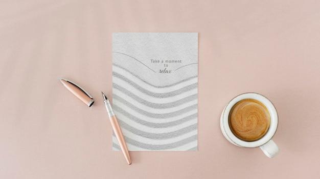Estetyczna papierowa makieta psd na stole i filiżanka kawy