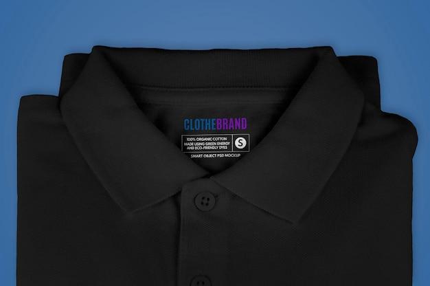 Etykieta składanej czarnej koszulki polo