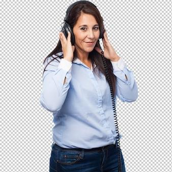 Fajna bizneswoman ze słuchawkami