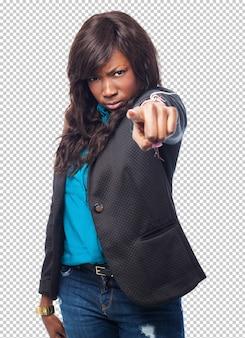 Fajna czarna kobieta wskazująca przód
