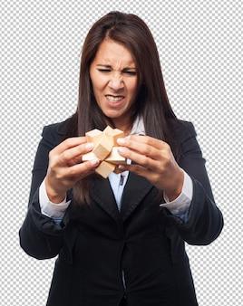 Fajna kobieta biznesu z kostką puzzli